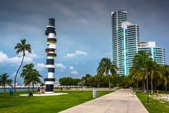 La escultura y la calzada del faro en Pointe del sur parquean, Miami Bea fotografía de archivo