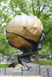 La esfera del World Trade Center dañó en el 11 de septiembre en parque de batería Foto de archivo libre de regalías