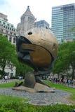 La esfera del World Trade Center dañó por los eventos del 11 de septiembre puestos en parque de batería Imagenes de archivo