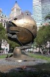 La esfera y la llama eterna en memoria de la tragedia del 11 de septiembre de 2001 Parque de batería, Nueva York imagenes de archivo