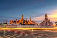 La esmeralda del templo de Buda en el tiempo de la puesta del sol con el rastro del coche Foto de archivo libre de regalías