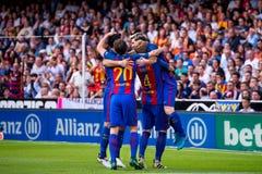 La español Liga: Los jugadores del Valencia CF v FC BarcelonaBarcelona celebran una meta en el partido de Liga del La entre el Va fotografía de archivo