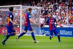 La español Liga: Los jugadores del Valencia CF v FC BarcelonaBarcelona celebran una meta en el partido de Liga del La entre el Va imagenes de archivo