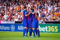 La español Liga: Los jugadores del Valencia CF v FC BarcelonaBarcelona celebran una meta en el partido de Liga del La entre el Va foto de archivo