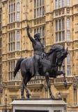 La espada aumentó en el aire a horcajadas en un caballo que se encabritaba Fotos de archivo libres de regalías