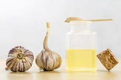 La especificidad del ajo para la gripe Jugo curativo en un frasco en a Foto de archivo