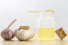 La especificidad del ajo para la gripe Jugo curativo en un frasco en a Foto de archivo libre de regalías