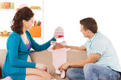 La espera feliz parents en casa Imagen de archivo libre de regalías