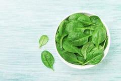 La espinaca verde se va en cuenco en la opinión de sobremesa Alimento sano fotos de archivo libres de regalías