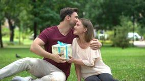 La esposa da el presente al marido querido, a la celebración del cumpleaños o al aniversario metrajes