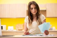 La esposa de la mujer joven en concepto del planeamiento del presupuesto fotos de archivo libres de regalías