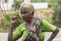 La esposa del viejo granjero con los dientes rojos Foto de archivo libre de regalías