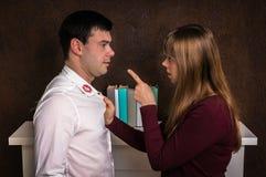 La esposa finded el lápiz labial rojo en el cuello de la camisa - concepto de la infidelidad imagen de archivo libre de regalías