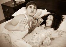 La esposa joven con el amante cogió durante acto del adulterio Foto de archivo
