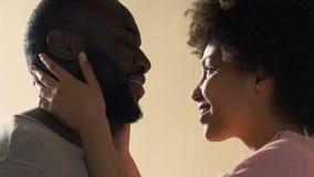La esposa que cuida que frota ligeramente al marido, ofrece las sensaciones de la atracción, primer amor sincero almacen de video