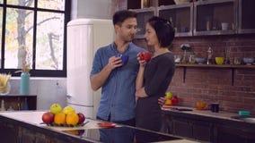 La esposa y el marido pasan tiempo libre en casa almacen de metraje de vídeo