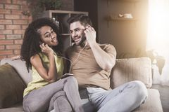 La esposa y el marido positivos están disfrutando de melodía preferida imagen de archivo libre de regalías