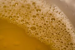 La espuma del salto mira deliciosa, y más burbujas de la cerveza, mejor es la calidad de la cerveza Esto es un primer de la espum imágenes de archivo libres de regalías