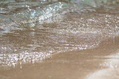 La espuma y la arena burbujeantes del mar en la playa Fotografía de archivo libre de regalías