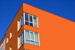 La esquina de la casa del color de la zanahoria Fotos de archivo