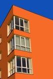 La esquina de la casa del color de la zanahoria Fotos de archivo libres de regalías