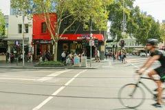 La esquina de las calles de Swanston y de Lonsdale en Melbournes CBD fotografía de archivo libre de regalías