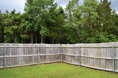 La esquina de una cerca de madera resistida Before de Brown una tormenta imagen de archivo