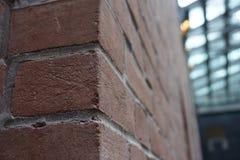 La esquina de una pared de ladrillo Fotos de archivo libres de regalías