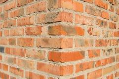 La esquina externa de la pared de ladrillo vieja Imagen de archivo libre de regalías