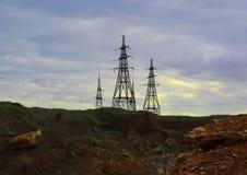 La estación de la electricidad en el centro, se cierra encima de líneas eléctricas de alto voltaje en la puesta del sol Estación  imagen de archivo libre de regalías