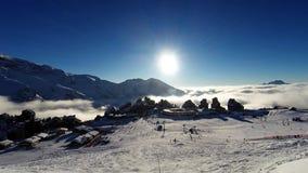 La estación de esquí de Avoriaz en las montañas, almacen de metraje de vídeo