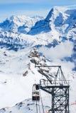 La estación de la elevación de la manera de la cuerda en la montaña de la nieve, Jungfraujoch fotografía de archivo libre de regalías