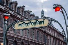 La estación de metro del art déco firma adentro París, Francia Imagen de archivo