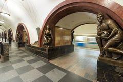 La estación de metro Ploschad Revolutsii en Moscú, Rusia Imágenes de archivo libres de regalías