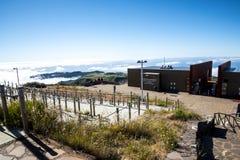 La estación de radar de la defensa aérea en Pico hace Arieiro, en 1.818 m de alto, es el pico más alto del ` s tercer de la isla  Fotografía de archivo libre de regalías