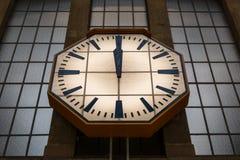 La estación de tren de cristal grande de Windows del reloj de pared de piedra da mediodía Fotos de archivo libres de regalías