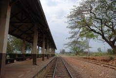 La estación de tren nadie por la tarde Foto de archivo