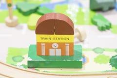 La estación de tren Toy Set de madera y las placas de calle juegan la educación determinada Fotos de archivo