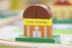La estación de tren Toy Set de madera y las placas de calle juegan la educación determinada Foto de archivo libre de regalías