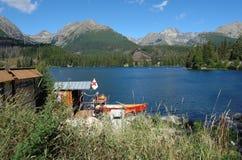 La estación del barco en el lago. Fotografía de archivo