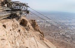 La estación del teleférico en la colina en el pie de las ruinas de la fortaleza de Masada, construidas en 25 A.C. por rey Herod e imagen de archivo