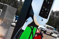 La estación es blanca para reaprovisionar un coche de combustible eléctrico Hay un lugar para registrar en la parte inferior Fotos de archivo libres de regalías