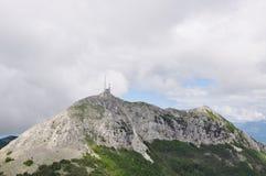 La estación meteorológica encima de los acantilados blancos altos en las montañas Imagen de archivo libre de regalías
