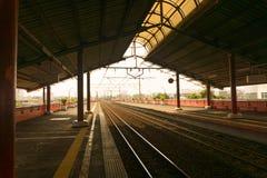 La estación vacía con muchas plataformas y un sol encienden Jakarta admitida foto Indonesia foto de archivo