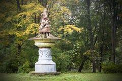 La estatua arruinada antigua en el bosque, símbolo de viejas épocas abandonó belleza Imagen de archivo libre de regalías