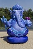La estatua azul de la playa es Lord Ganesha hindú Foto de archivo