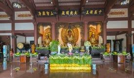 La estatua budista en templo adornó las luces, flores coloridas en cumpleaños del ` s de Buda Fotos de archivo