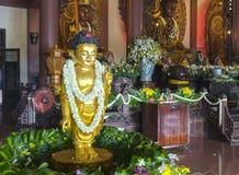 La estatua budista en templo adornó las luces, flores coloridas en cumpleaños del ` s de Buda Imagen de archivo