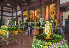 La estatua budista en templo adornó las luces, flores coloridas en cumpleaños del ` s de Buda Fotografía de archivo