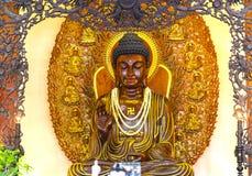 La estatua budista en templo adornó las luces, flores coloridas en cumpleaños del ` s de Buda Imagenes de archivo